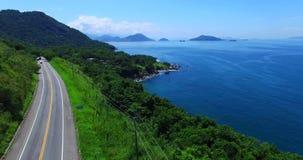 Μπλε θάλασσα και θαυμάσια τοπία Θάλασσα DOS Reis Angra, κράτος Ρίο ντε Τζανέιρο της Βραζιλίας Θαυμάσιοι θάλασσα και δρόμος απόθεμα βίντεο