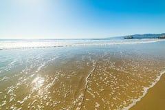 Μπλε θάλασσα και χρυσή άμμος στην ακτή της Σάντα Μόνικα Στοκ Εικόνες