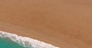 Μπλε θάλασσα και χρυσή άμμος απόθεμα βίντεο