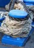 Μπλε θέση πρόσδεσης βαρκών που καλύπτεται με την εξασφάλιση των σχοινιών Στοκ φωτογραφίες με δικαίωμα ελεύθερης χρήσης