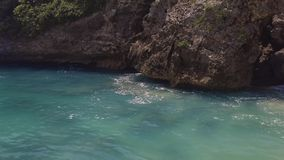 Μπλε θαλάσσιο νερό και δύσκολο τοπίο απότομων βράχων Κύματα θάλασσας που καταβρέχουν με τον αφρό και τον ψεκασμό στο βουνό απότομ απόθεμα βίντεο