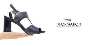 Μπλε θηλυκό παπουτσιών σχέδιο χεριών σανδαλιών διαθέσιμο Στοκ Φωτογραφίες