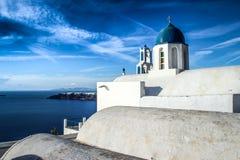 Μπλε θόλοι και άσπροι τοίχοι της εκκλησίας στο διάσημο ρομαντικό νησί Santorini στοκ φωτογραφία