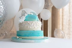 Μπλε κέικ γενεθλίων για το μωρό Πρώτες διακοσμήσεις γενεθλίων παιδιών με το κέικ και μπαλόνια Στοκ Φωτογραφία