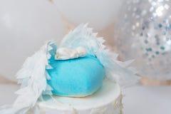 Μπλε κέικ γενεθλίων για το μωρό Πρώτες διακοσμήσεις γενεθλίων παιδιών με το κέικ και μπαλόνια Στοκ φωτογραφίες με δικαίωμα ελεύθερης χρήσης