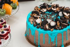 Μπλε κέικ γενεθλίων παιδιών ` s με τα candys στην κορυφή Στοκ Εικόνες