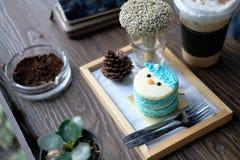 Μπλε κέικ στο τραπεζάκι σαλονιού Στοκ Εικόνες