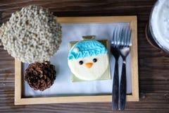 Μπλε κέικ στο τραπεζάκι σαλονιού Στοκ φωτογραφίες με δικαίωμα ελεύθερης χρήσης