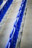 Μπλε καθίσματα σε ένα στάδιο ποδοσφαίρου Στοκ εικόνα με δικαίωμα ελεύθερης χρήσης