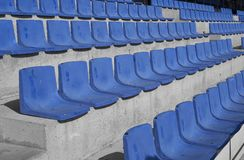 Μπλε καθίσματα σταδίων ποδοσφαίρου Στοκ Εικόνα