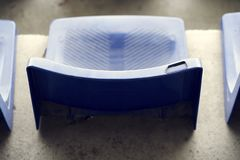 Μπλε καθίσματα σταδίων ποδοσφαίρου Στοκ Εικόνες