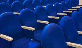 Μπλε καθίσματα στην αίθουσα συνεδριάσεων Στοκ Φωτογραφία