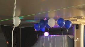 Μπλε και άσπρα μπαλόνια στο ανώτατο όριο απόθεμα βίντεο