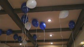Μπλε και άσπρα μπαλόνια στο ανώτατο όριο φιλμ μικρού μήκους