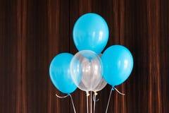 Μπλε και άσπρα μπαλόνια στο καφετί ξύλινο υπόβαθρο στοκ φωτογραφίες με δικαίωμα ελεύθερης χρήσης