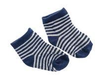 Μπλε και άσπρες ριγωτές κάλτσες μωρών Στοκ φωτογραφία με δικαίωμα ελεύθερης χρήσης