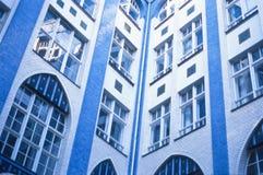 Μπλε και άσπρη αντιπαραβαλλόμενη οικοδόμηση Στοκ εικόνα με δικαίωμα ελεύθερης χρήσης