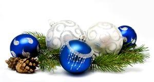 Μπλε και ασημένιες σφαίρες διακοσμήσεων Χριστουγέννων με τους κώνους έλατου Στοκ Φωτογραφίες