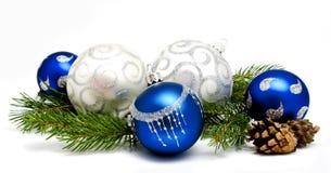 Μπλε και ασημένιες σφαίρες διακοσμήσεων Χριστουγέννων με τους κώνους έλατου Στοκ Φωτογραφία