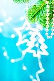 Μπλε και ασημένιο αστέρι διακοσμήσεων Χριστουγέννων σε έναν κλάδο με το διάστημα αντιγράφων Χριστούγεννα εύθυμα Στοκ Εικόνα