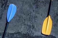 Μπλε και κίτρινα κουπιά στο γκρίζο κατασκευασμένο υπόβαθρο που βάζει και στις δύο πλευρές στοκ εικόνες