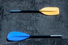 Μπλε και κίτρινα κουπιά στο γκρίζο κατασκευασμένο υπόβαθρο στοκ φωτογραφία με δικαίωμα ελεύθερης χρήσης