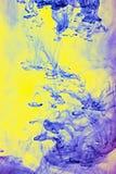 Μπλε και κίτρινες χρωστικές ουσίες στο ύδωρ Στοκ φωτογραφίες με δικαίωμα ελεύθερης χρήσης