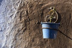 Μπλε και καφετιά χρώματα δοχείων στο μαροκινό χωριό Chefchaouen Στοκ Εικόνα