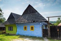 Μπλε και παλαιά ξύλινα θερμοκήπια σε Vlkolinec Στοκ φωτογραφία με δικαίωμα ελεύθερης χρήσης