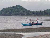 Μπλε και πορτοκαλί αλιευτικό σκάφος δύο με τον ελαφρύ πόλο για να πιάσει το καλαμάρι και τις σουπιές σε Khao Lom Muak, AO Manao Στοκ Φωτογραφίες