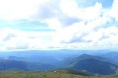 Μπλε και πράσινα Καρπάθια βουνά με τα σύννεφα στο υπόβαθρο Στοκ εικόνες με δικαίωμα ελεύθερης χρήσης