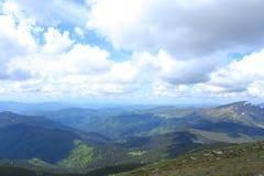 Μπλε και πράσινα καταπληκτικά Καρπάθια βουνά με τα σύννεφα στο υπόβαθρο Στοκ φωτογραφία με δικαίωμα ελεύθερης χρήσης