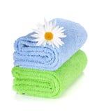Μπλε και πράσινα πετσέτες και camomile λουλούδι Στοκ φωτογραφίες με δικαίωμα ελεύθερης χρήσης