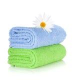 Μπλε και πράσινα πετσέτες και camomile λουλούδι Στοκ φωτογραφία με δικαίωμα ελεύθερης χρήσης