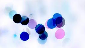 Μπλε και ρόδινα φω'τα στο άσπρο υπόβαθρο φιλμ μικρού μήκους