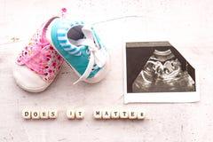 Μπλε και ρόδινες λείες μωρών με μια εικόνα του υπερήχου για 20 εβδομάδες σε ένα ελαφρύ υπόβαθρο Η επιγραφή αυτό πειράζει στοκ φωτογραφίες