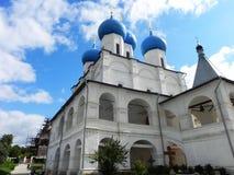 Μπλε και χρυσοί θόλοι στην εκκλησία Όμορφοι θόλοι στη ρωσική εκκλησία r στοκ φωτογραφίες με δικαίωμα ελεύθερης χρήσης