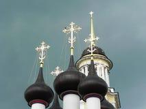 Μπλε και χρυσοί θόλοι στην εκκλησία Όμορφοι θόλοι στη ρωσική εκκλησία r στοκ εικόνα με δικαίωμα ελεύθερης χρήσης