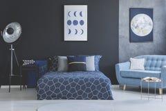 Μπλε καναπές στο εσωτερικό κρεβατοκάμαρων στοκ εικόνες