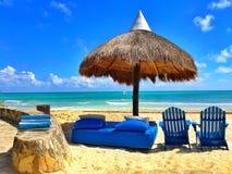 Μπλε καρέκλες παραλιών πολυτέλειας στην κενή παραλία, Μεξικό Στοκ φωτογραφία με δικαίωμα ελεύθερης χρήσης