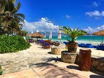 Μπλε καρέκλες παραλιών πολυτέλειας στην κενή παραλία, Μεξικό Στοκ Φωτογραφίες