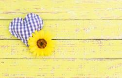 Μπλε καρδιά με το άνθος στο αγροτικό ξύλο για την κάρτα ημέρας πατέρων Στοκ Εικόνα