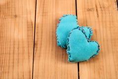 Μπλε καρδιά υφάσματος δύο στο ξύλινο υπόβαθρο με το διάστημα Στοκ Εικόνες