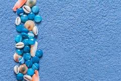 Μπλε κατασκευασμένο έγγραφο με τις πέτρες και τα κοχύλια Στοκ φωτογραφία με δικαίωμα ελεύθερης χρήσης
