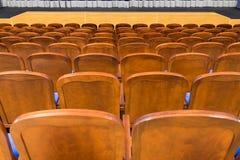 Μπλε καφετιές ξύλινες καρέκλες στην αίθουσα συνεδριάσεων Χωρίς ανθρώπους Στοκ φωτογραφία με δικαίωμα ελεύθερης χρήσης