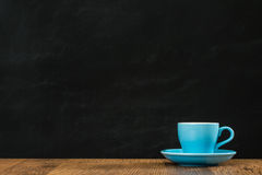 Μπλε κεραμικό φλυτζάνι καφέ που τίθεται με τον κενό Μαύρο Στοκ Φωτογραφίες