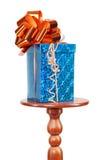 Μπλε κιβώτιο δώρων στη μικρή διάσκεψη στρογγυλής τραπέζης που απομονώνεται στοκ εικόνες με δικαίωμα ελεύθερης χρήσης