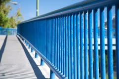 Μπλε κιγκλίδωμα της γέφυρας για πεζούς στοκ εικόνες με δικαίωμα ελεύθερης χρήσης