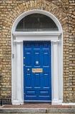 Μπλε κλασική πόρτα στο Δουβλίνο, παράδειγμα της της Γεωργίας χαρακτηριστικής αρχιτεκτονικής του Δουβλίνου Ιρλανδία στοκ φωτογραφίες με δικαίωμα ελεύθερης χρήσης