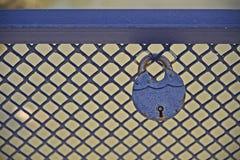 Μπλε κλειδαριά σιδήρου Στοκ Φωτογραφίες